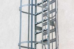Aufstiegsleiter mit Rückenschutzkorb (Stahl – verzinkt)