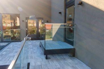 Stahlstiege verzinkt und pulverbeschichtet mit Glasgeländer und Handlauf aus Edelstahl