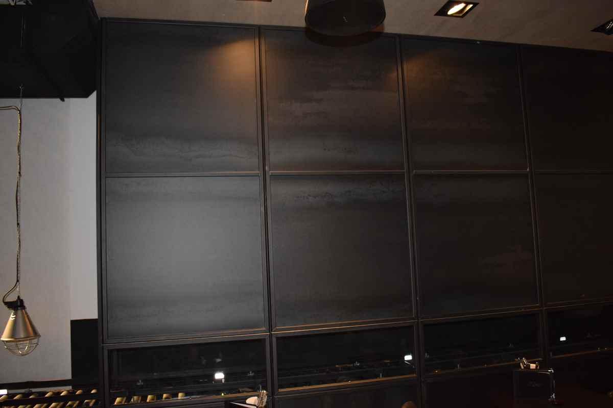 Stahlwand für das Restaurant LeBurger in Wien um dahinter ein Förderband zu integrieren